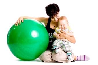 Займаємося на фитболе з немовлям