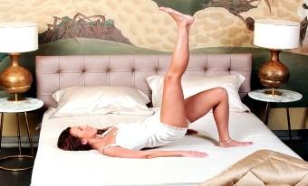 Зарядка в ліжку: перший крок до великої тренуванні